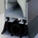 2 Profilo terminale inferiore - 6 Guarnizione inferiore a pavimento